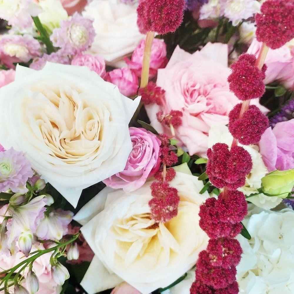 Шляпная коробка с пионовидными розами, гортензией, дельфиниум и антуриум