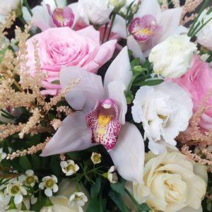 Шляпная коробка с пионовидными розами, орхидеями и астильбой