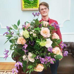 Букет пионовидных роз с клематисом и вибурнум
