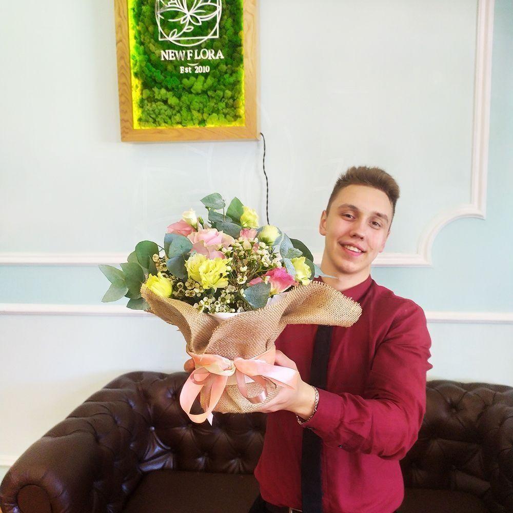 Композиция с розами, лизиантусами и эвкалиптом