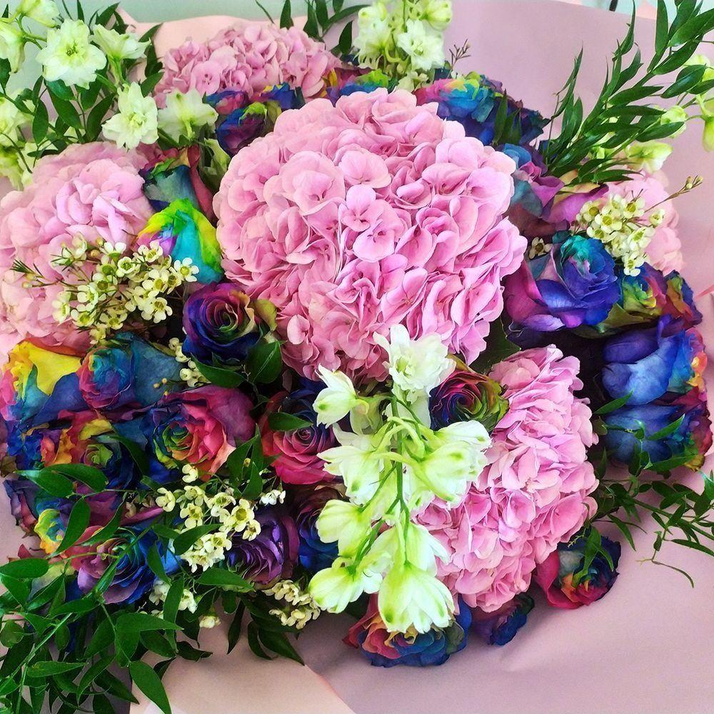 Букет 49 радужных роз с премиум гортензиями и хамелациум