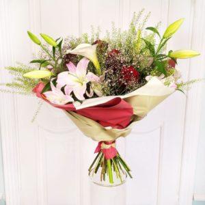 Букет роз с каллами, лилиями и зеленью
