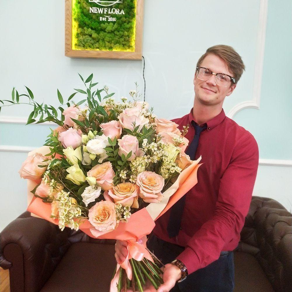 Букет 19 роз с лизиантусами и зеленью