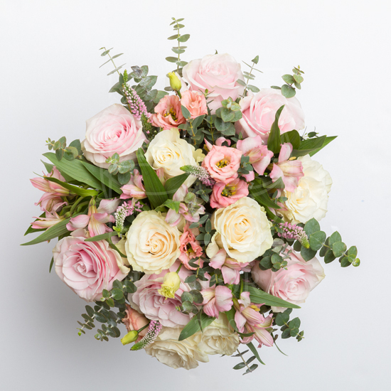 Букет 11 роз с альстромериями, вероникой и эвкалиптом