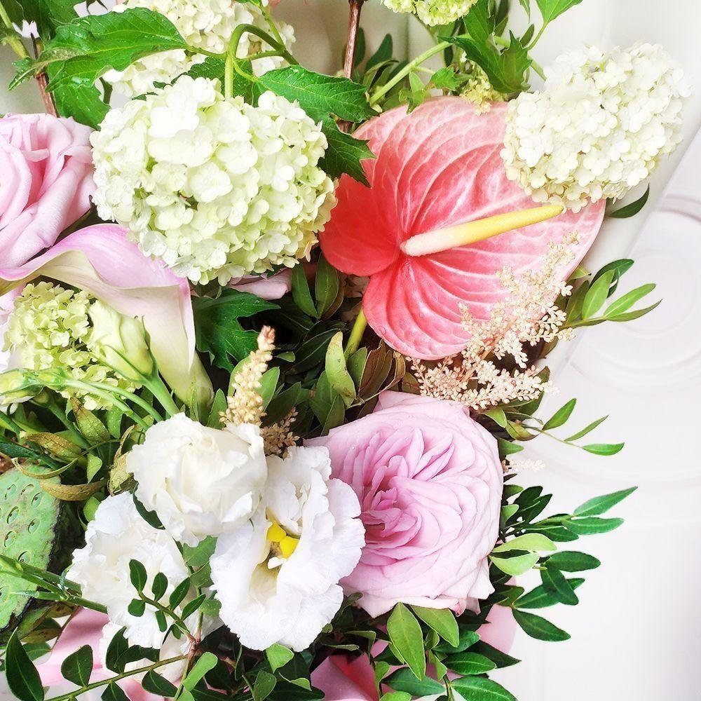Букет 5 вибурнум с пионовидными розами, астильбой, каллами и лотосом
