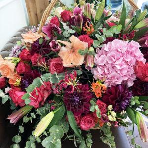 Огромная корзина цветов с глориозой, розами, лилиями и георгинами