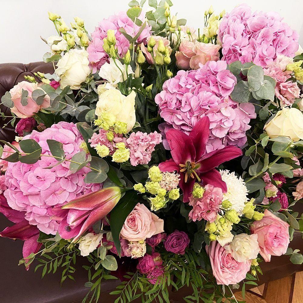 Большая корзина гортензий с лилиями и пионовидными розами