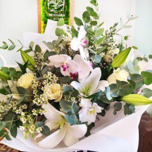 Букет белых роз с орхидеями и лилиями