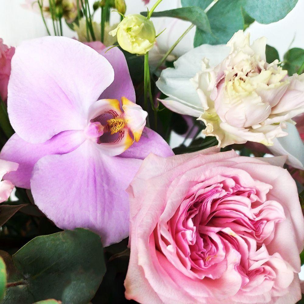 Шляпная коробка с фаленопсисами и пионовидными розами
