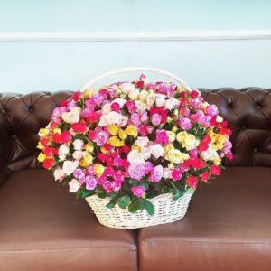 Корзина цветов 101 кустовая роза (микс розовый)