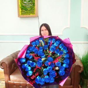 Зимний букет 51 синяя роза с илексом и лапником пихты (цвет года 2020 по версии Pantone)