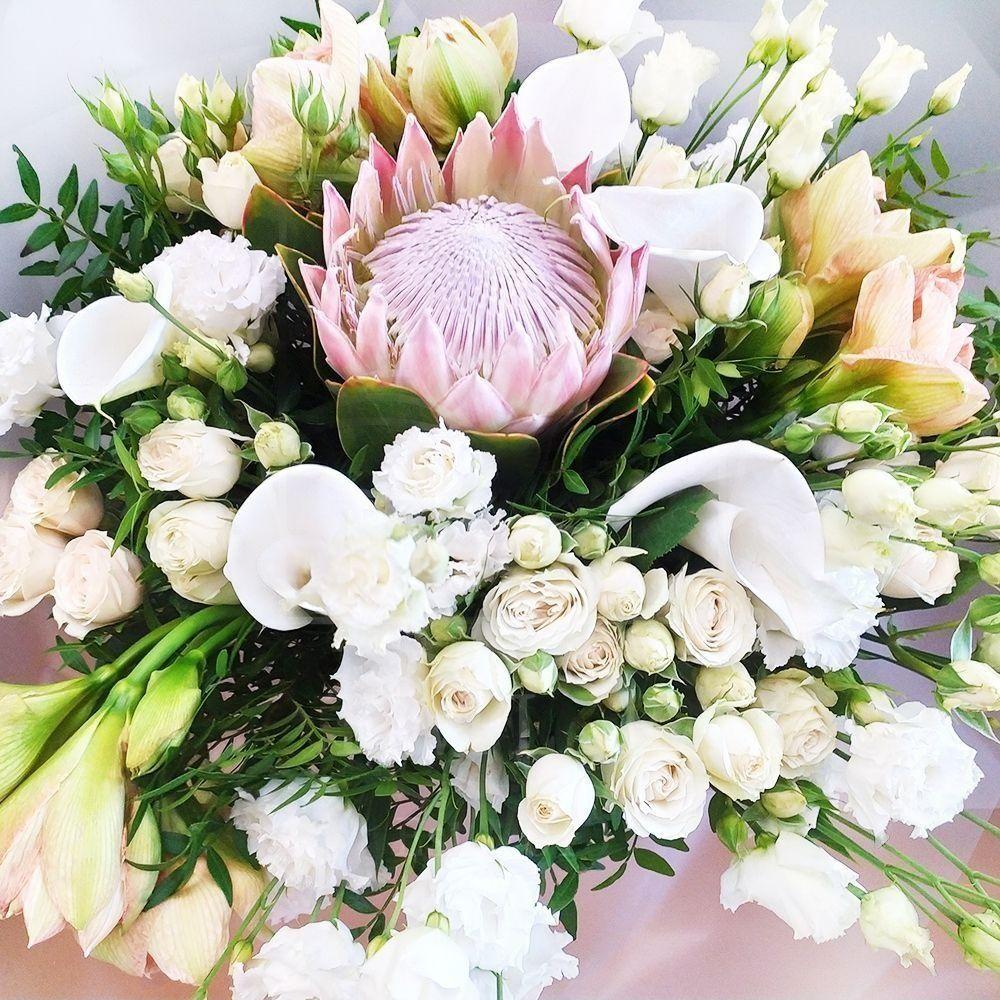 Букет лизиантусов с каллами, кустовыми розами и протеей