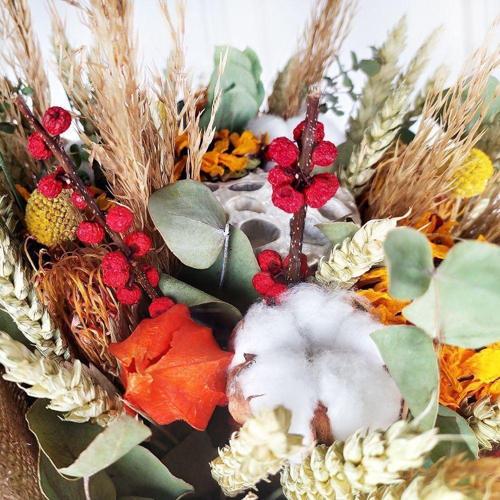 Букет сухоцветов с подсолнухами, эвкалиптом и лотосом