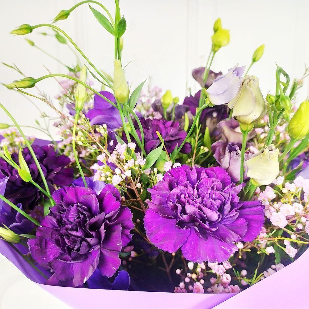 Букет 11 фиолетовых гвоздик с лизиантусами и хамелациум