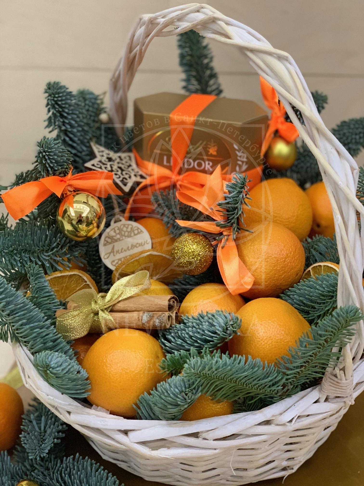 Фруктовая корзина с мандаринами и корицей на Новый Год