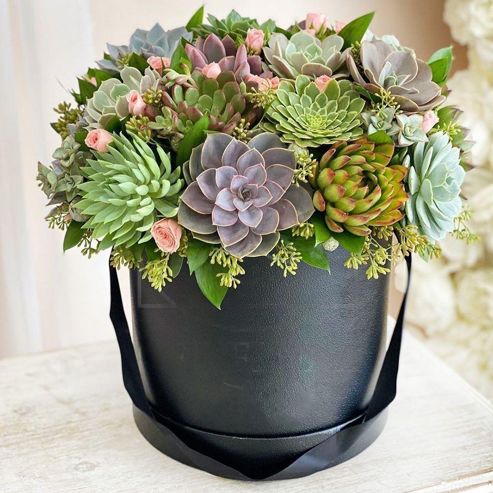 Шляпная коробка с розами и суккулентами