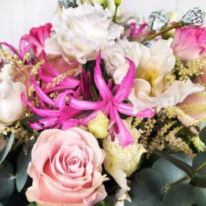 Шляпная коробка 51 тюльпан с розами, нерине и эвкалиптом