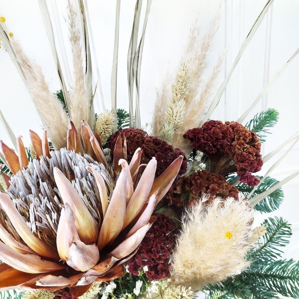 Зимний букет сухоцветов с протеей, целозией и лапником пихты