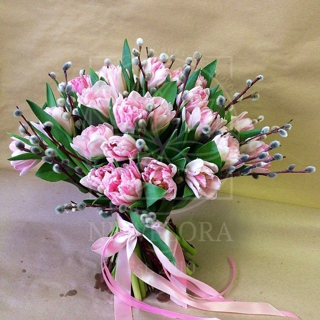 Букет 25 тюльпанов с вербой