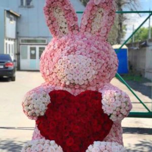 Игрушка из живых роз огромный заяц (высота 150-160см)
