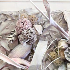 Картина из сухоцветов с тропическим эвкалиптом, лотосом и банксией