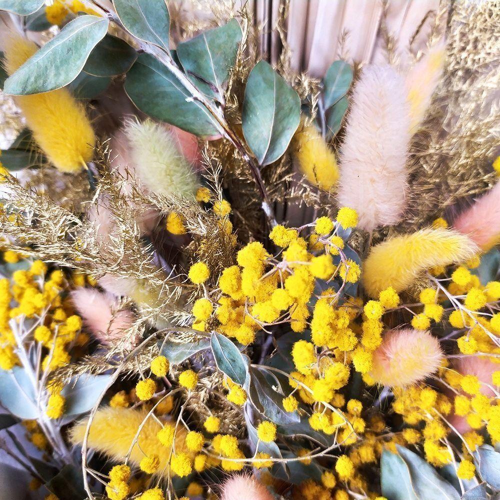 Букет сухоцветов с мимозой и лагурусом в упаковке PRADA