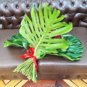 Букет 35 красных роз с протеями и монстерой