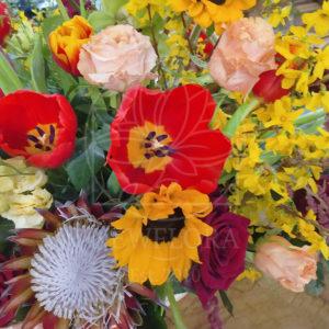 Корзина цветов с протеями, орхидеями, амарантом и форзицией