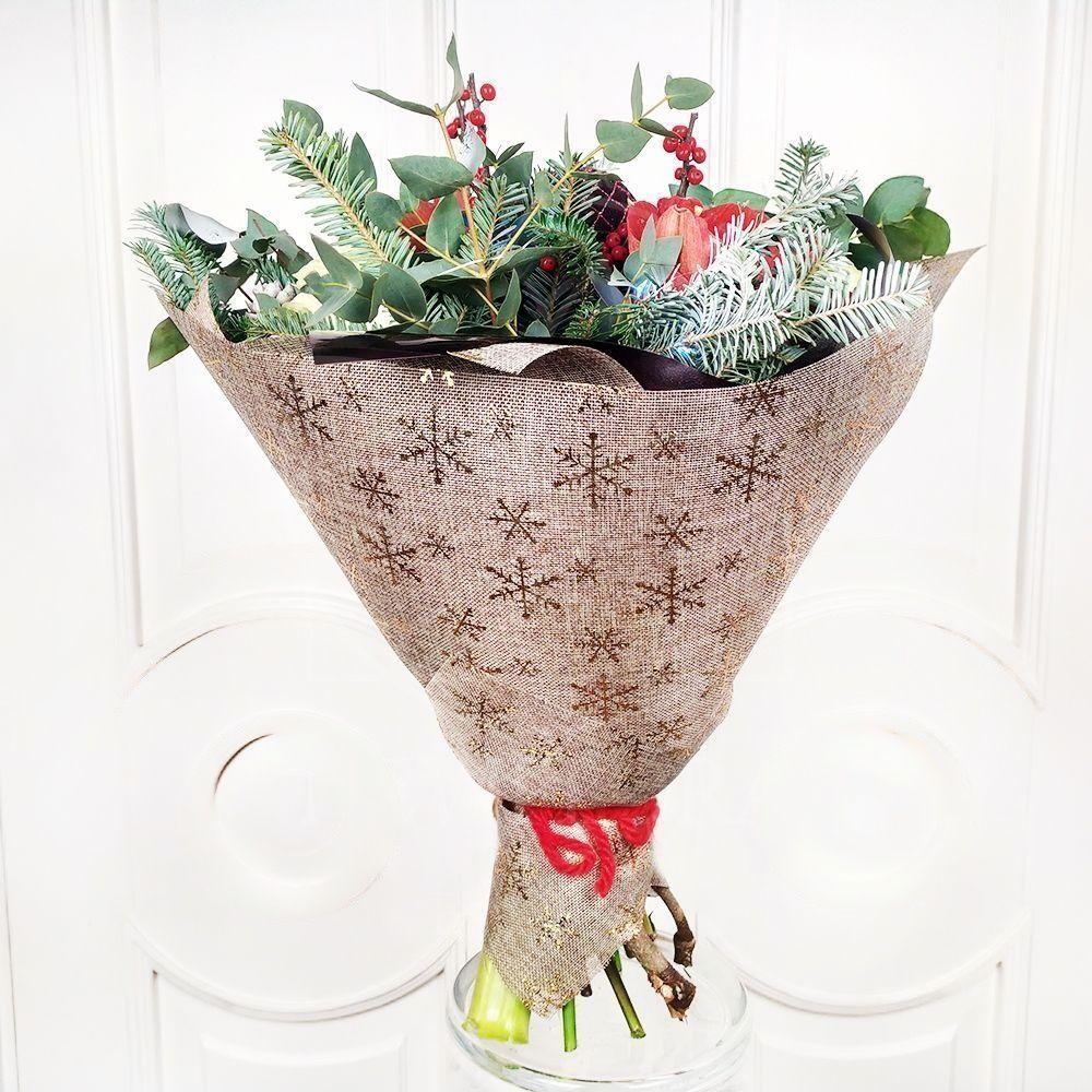 Зимний букет с амариллисами, елочными игрушками и гирляндой