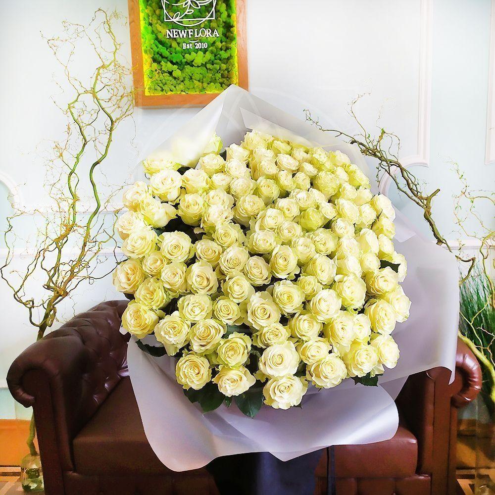 Букет 101 белая роза высотой 100см с оформлением