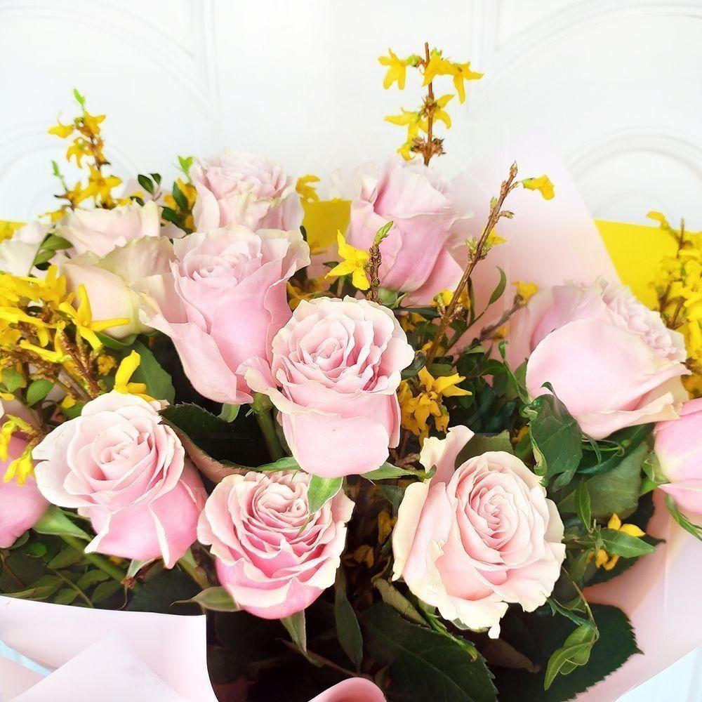 Букет 15 розовых роз Pink Mondial с форзицией