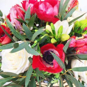 Корзиночка анемонов с эвкалиптом и тюльпанами