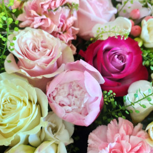 Огромная корзина 101 роза с пионами, маттиолой и гортензиями