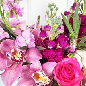 Букет 15 орхидей с маттиолой, вероникой и эвкалиптом
