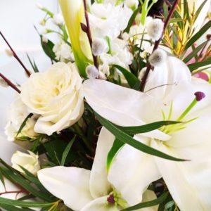 Букет лилий с пионовидными розами и вербой