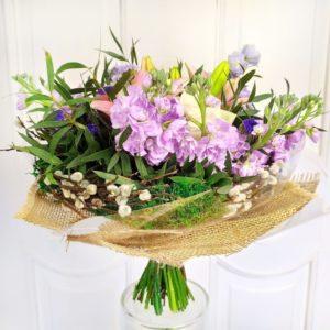 Букет с маттиолой, лилиями, дельфиниум и вербой на каркасе
