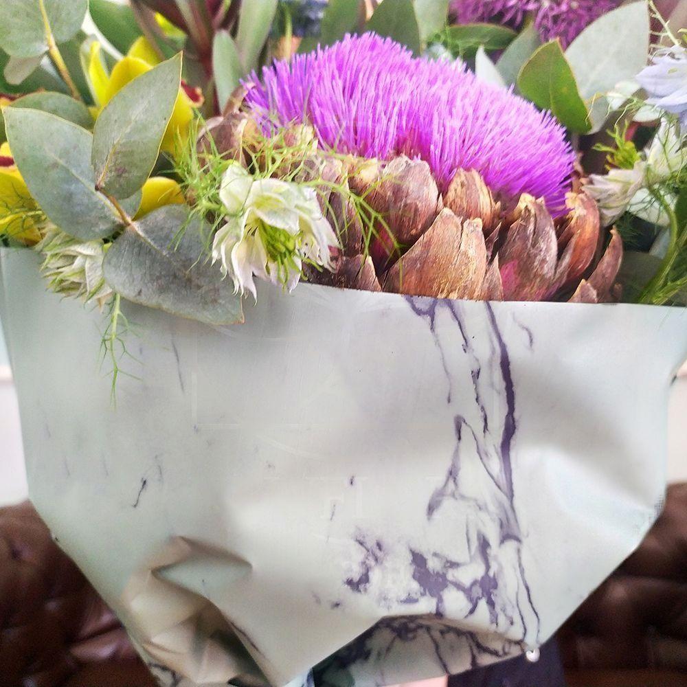 Букет орхидей с нигеллой и цветущим артишоком