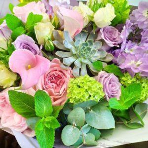 Букет роз с мятой, каллами, вибурнум и суккулентами